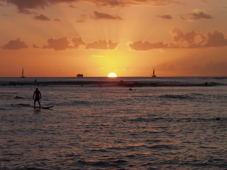 Sunset_on_Waikiki_Beach.jpg