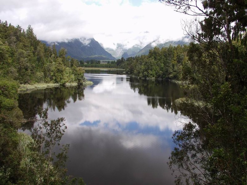 Lake_Matheson_View_to_the_cloudy_Fox_Glacier_Westland_Glacier_Country_South_NZ.jpg