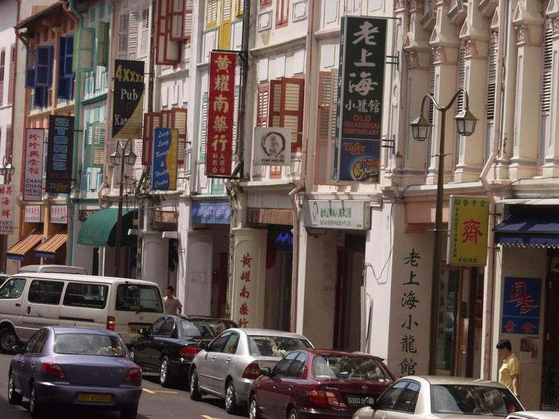 Very_busy_Chinatown_Complex_Singapore.jpg