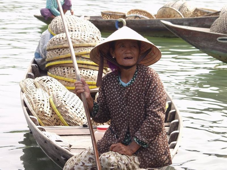 Old_fishing_woman_Thu_Bon_River_Hoi_An_Central_Vietnam.jpg