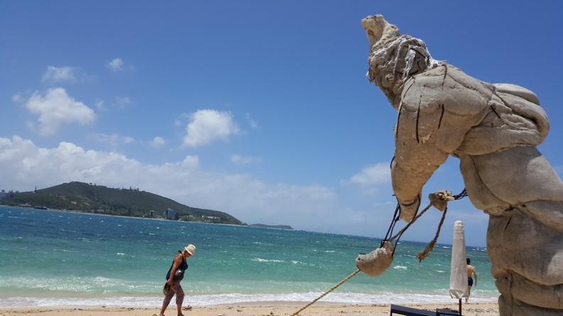 Welcoming_Sculpture_-_Noumea_Duck_Island_Ile_aux_Canard_New_Caledonia.JPG