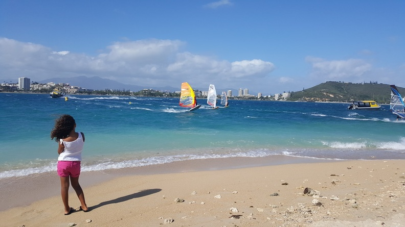 Wind_and_Kite_surfers_in_Anse_Vata_Bay_-_Noumea_Duck_Island_Ile_aux_Canard_New_Caledonia.JPG