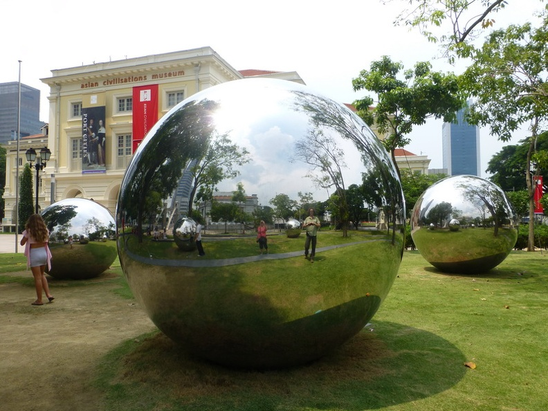 Art_in_front_-_National_gallery_Esplanade_Drive_Singapore.JPG