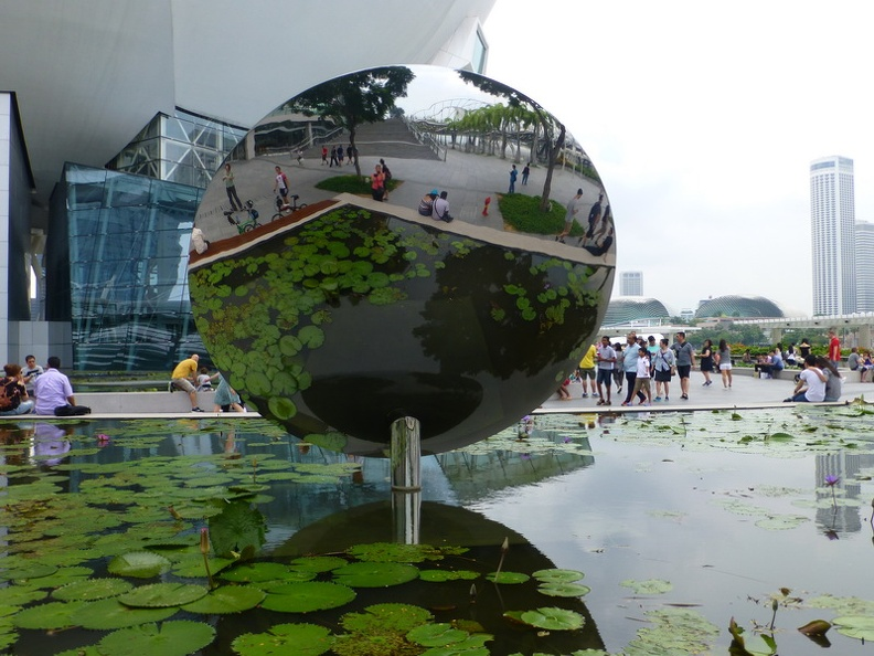 Flowers_in_mirror_-_Artscience_Museum_Marina_Bay_Singapore.JPG