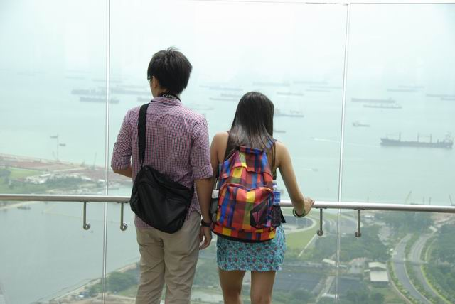 Couple_looking_down_Marina_Bay_Sands_Hotel_Singapore.jpg