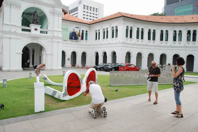 Giant_Sunglasses_Singapore_Art_Museum_Singapore.jpg